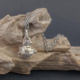 Srebrny wisior z dzwoniącą kuleczką i granatem