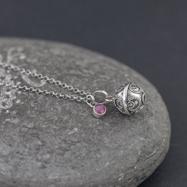 Srebrny naszyjnik z dzwoniącą kuleczką i rubinem