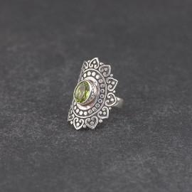 Srebrny pierścionek z peridotem (rozm.10)