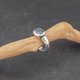 Srebrny pierścionek z błękitnym topazem (rozm.11)