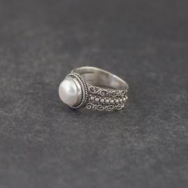 Srebrny pierścionek z perłą (rozm.18)
