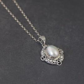 Srebrny wisiorek z masą perłową
