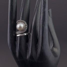 Srebrny pierścionek z białą perłą (rozm.15)