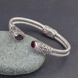 Srebrna bransoletka z kamieniami granatu