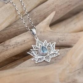 Srebrny wisiorek kwiat lotosu z błękitnym topazem