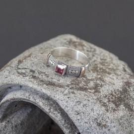 Srebrny pierścionek z granatem i złotem 18K (rozm.16)