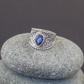 Srebrny pierścionek z szafirem (rozm.18)