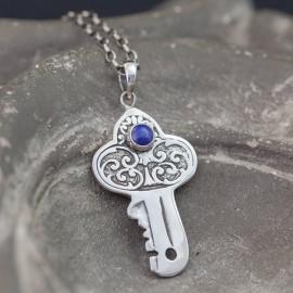 Srebrny kluczyk z lapisem lazuli