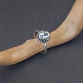 Srebrny pierścionek z błękitnym topazem (rozm.12 i 14,5)