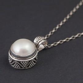 Srebrny wisiorek z białą perłą