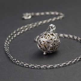 Srebrny naszyjnik z dzwoniącą kuleczką