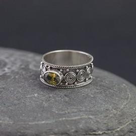 Srebrny pierścionek z peridotem (rozm.17)