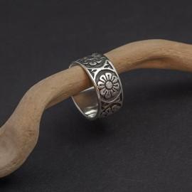 Srebrny pierścionek z motywem kwiatowym (rozm.17+)