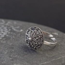 Srebrny pierścionek z orientalnym zdobieniem (regulowany)
