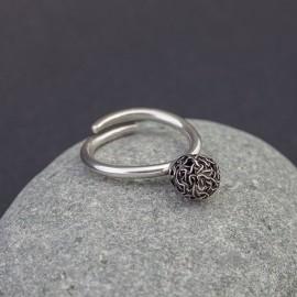 Srebrny pierścionek z plecioną kuleczką (regulowany)