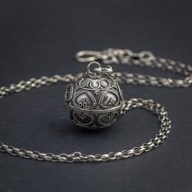 Srebrny, długi naszyjnik z dzwoniącą kulą