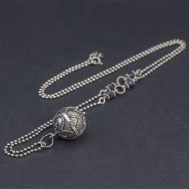 Srebrny naszyjnik z dzwoniącą kulą i szafirem