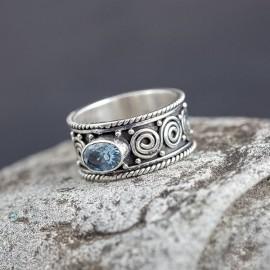 Srebrna, ręcznie zdobiona obrączka z topazem (rozm.14)