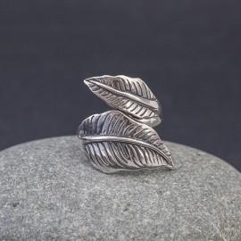 Srebrny pierścionek z motywem liściastym