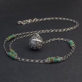 Srebrny naszyjnik z dzwoniącą kulą i turkusem