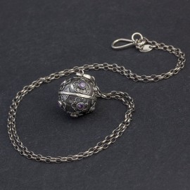 Srebrny naszyjnik z dzwoniącą kulą i ametystem