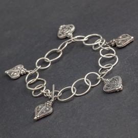 Srebrna bransoletka z zawieszkami w kształcie serca