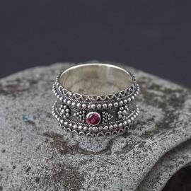 Srebrny pierścionek z granatem (rozm. 16)