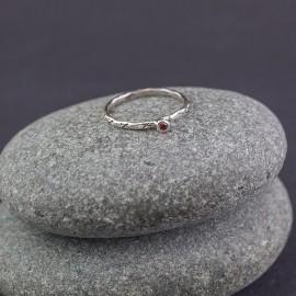 Srebrny pierścionek z kamieniem granatu (rozm.15)